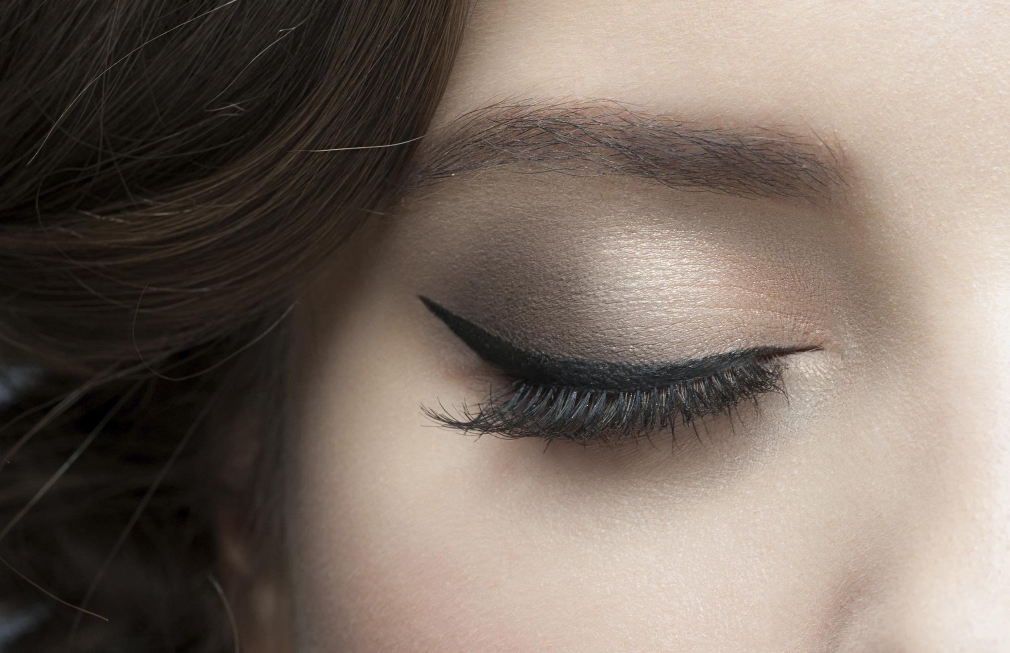 eyeliner richtig auftragen anleitung f r anf nger. Black Bedroom Furniture Sets. Home Design Ideas
