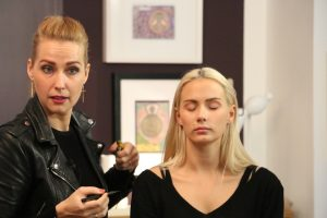"Nicole Bozsó, Visagistin und Stylistin beim Kosmetik transparent Seminar ""Dekorative Kosmetik"""